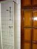 Dusche im Gästezimmer 125 x 100 cm, daneben grosser Einbaukleiderschrank
