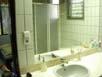 Blick din den Spiegel des Badezimmers in einem der Gästezimmer