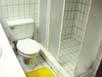 Toilette zwischen Dusche und Waschtisch im Badezimmer