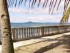 Ballustraden auf der Sturmschutzmauer der Aussenanlage mit vorgelagertem Strand