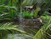 Arrangement der parkähnlichen Aussenanlage mit verschlungenen Wegen und vielen Sitz- und Rastmöglichkeiten. Hier Wasserspiel im Hintergrund Schmetterlinghaus