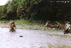 Ein reissender Fluss, kniehoch, muss überquert werden